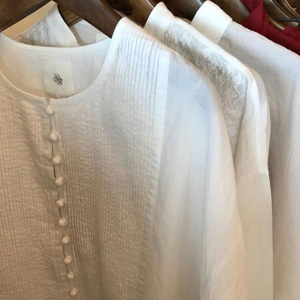 ..new item...白い可愛いシャツが入荷しました.ボタンや刺繍が可愛い....