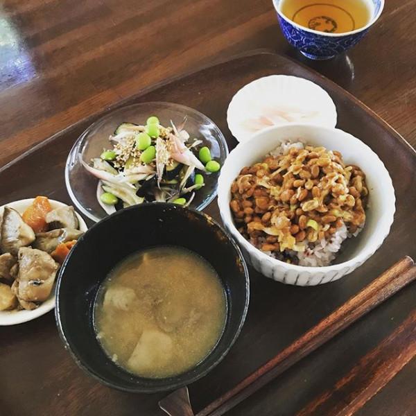 ..残り物でご飯。..納豆たっぷり〜ごちそうさまでした。..満腹で眠くなりそう。..昼寝をしている暇は無し。エネルギーチャージして頑張らねば!...