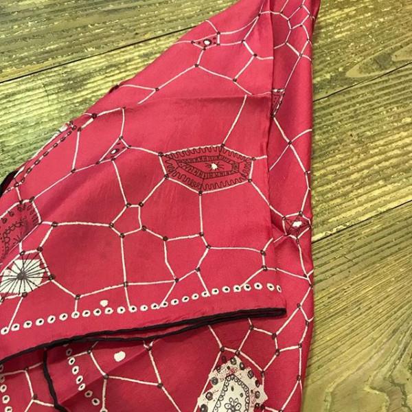 ..先日入荷したビンテージシルクスカーフ。..新しいものにはないビンテージならではのさまざまな柄や色合い。シルクならではの肌あたりの良さ、暖かさも有ります。...お気に入りの一枚を見つけて、日々のコーディネートに変化をつけるのがまた楽しい。...このほかにも多数あります。数ある中からお気に入りを見つけてみて下さい!...