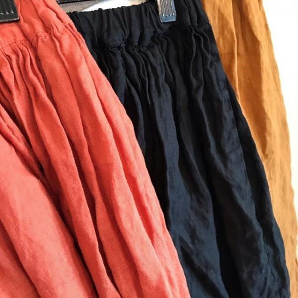 ..new item..リネンギャザースカートになります。..ウエストが紐でしばれるようになっているので着やすいですね。..レギンスなどと合わせて楽しみたいアイテムです。...