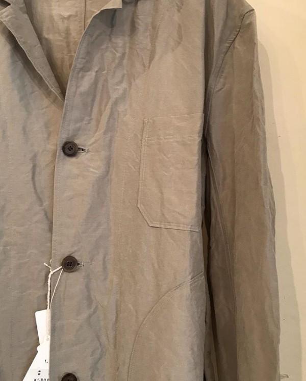 ..コートの詳細を少し...シャリっとした素材感てとても軽いリネンシルクのコートになります。私の身長が164センチ標準9号の体型です。ご参考までに..着丈104センチ胸回り56センチ裾まわり66センチ平置きして採寸してます。(多少の誤差はお許しくださいませ)...