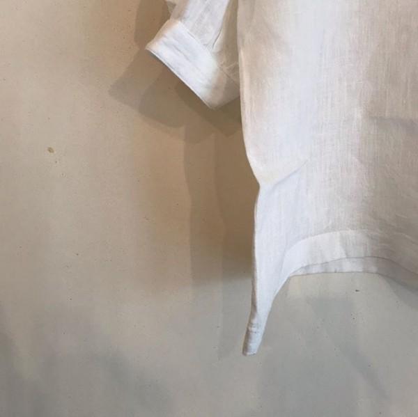 ..new  item..リネンシャツになります。サラッと着れて涼しく、二の腕も隠れてくれる袖丈なります。..今の時期長袖と重ねて、暑くなったらタンクトップなどと合わせて。...