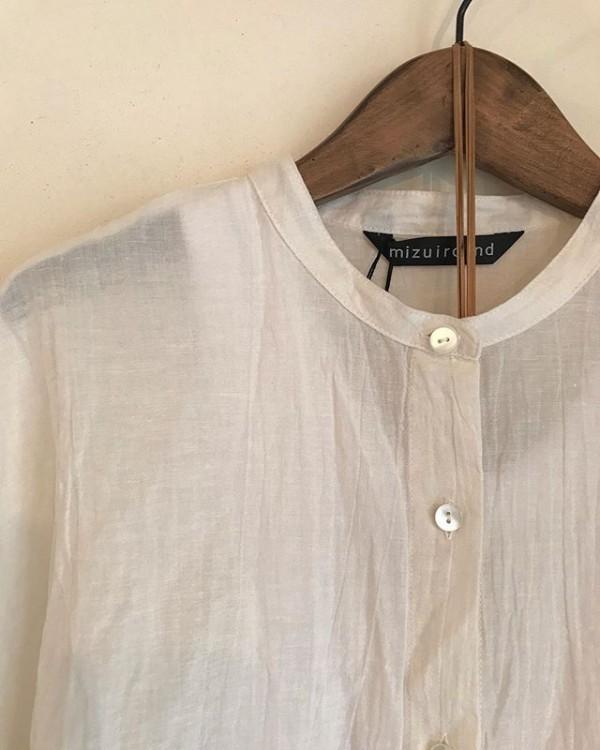 ..mizuiro indよりシャツが入荷しています。ゆるっとして風通し良く。これからの季節に良いと思います。...