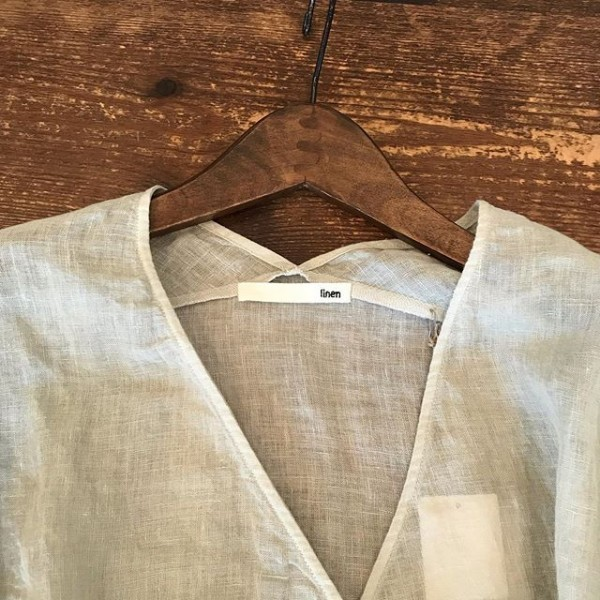 ..涼しげで透け感のある麻シャツとスカート入荷しています。..