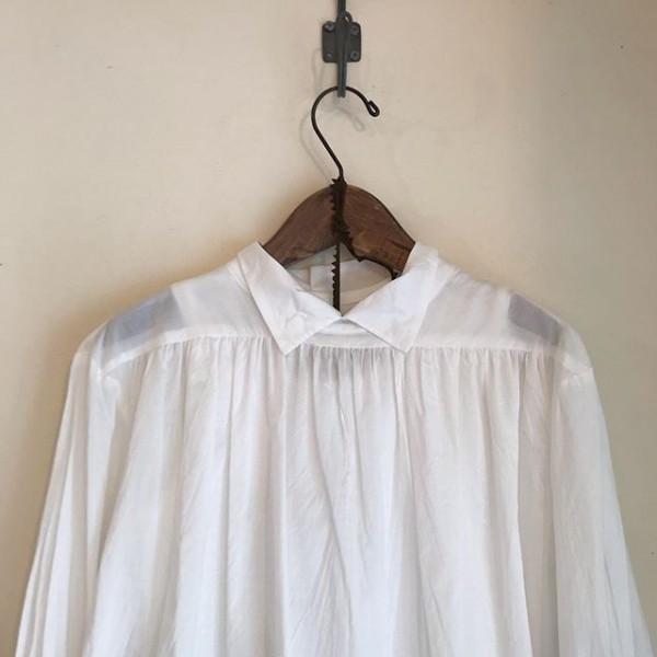 ..mizuiroindよりシャツが入荷しています。透け感がありどこかクラシカルな雰囲気が。...