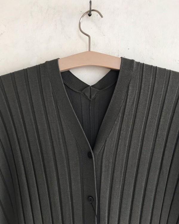 .new item..後ろの首元と裾にデザインの有る羽織になります。..一枚でセクシーに着ても重ねて羽織にしても。..