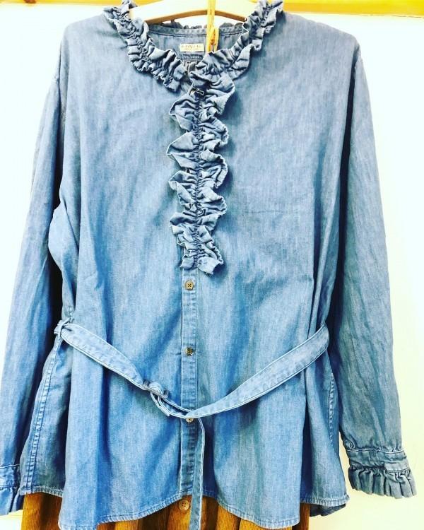 *KAPITALより。**デニムのフリンジシャツ前オープンにして軽く羽織るのも良いです。ショートジャケットは人気のアイテム。**